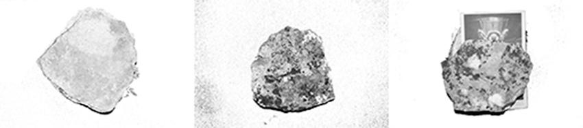 """Piedras tomadas de las imediaciones de la cantera, colocadas cubriendo una postal del """"Ríquisimo cáliz de oro puro, repujado con esmaltes, pedrería y perlas finas que se guarda en la Capilla de los Condestables en la Catedral de Burgos"""""""