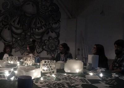 alrededor de una mesa